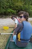 Jumeaux heureux préparent pour canoe au lac Bohinj, Slovénie Images stock