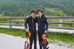Jumeaux heureux préparent pour canoe Photo stock