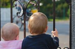 Jumeaux observant passant le vélo Photos stock