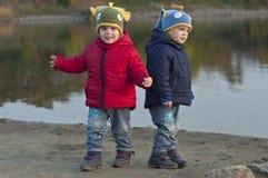 Jumeaux près du lac Photos libres de droits