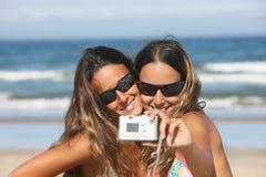 Jumeaux prenant une photo Image libre de droits
