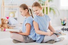 Jumeaux s'asseyant de nouveau au dos Photos libres de droits