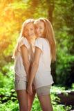 Jumeaux Un groupe de jeunes belles filles Plan rapproché de visage de deux femmes Photo libre de droits