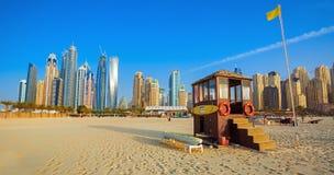 从Jumeirah海滩的看法在现代摩天大楼在迪拜小游艇船坞 图库摄影