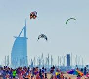 Jumeirah海滩风筝天 免版税库存图片