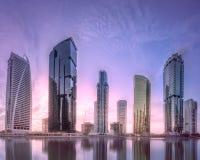 Jumeirah湖在迪拜耸立在紫色日出 免版税库存图片