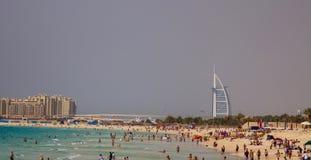 Jumeirah的游人在迪拜,阿拉伯联合酋长国靠岸 免版税库存照片