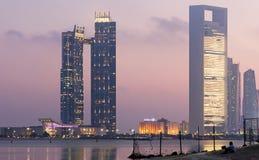 Jumeirah em Etihad eleva-se skyline da noite de Abu Dhabi imagens de stock