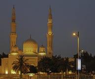 Jumeirah moské Dubai efter solnedgång Royaltyfri Fotografi