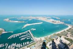 Jumeirah-Palmen-Insel Dubai schoss von der Dachspitzenspitze des Prinzessinturms in Dubai-Jachthafen Lizenzfreie Stockfotos