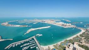Jumeirah-Palmen-Insel Dubai schoss von der Dachspitzenspitze des Prinzessinturms in Dubai-Jachthafen stockbild
