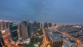 Jumeirah sjön står högt flyg- dag för bostads- område till natttimelapse nära den Dubai marina arkivfilmer