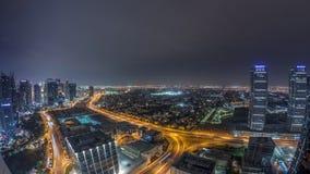 Jumeirah sjön står högt flyg- natttimelapse för det bostads- området nära den Dubai marina lager videofilmer