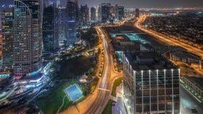 Jumeirah sjön står högt flyg- natttimelapse för det bostads- området nära den Dubai marina stock video