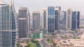 Jumeirah sjön står högt flyg- timelapse för det bostads- området nära den Dubai marina stock video