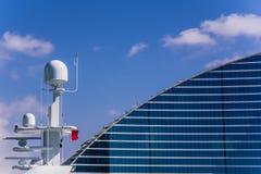 Jumeirah Strand-Hotel und die Yacht Stockbild