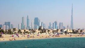 Jumeirahstrand, Perzisch Golf, Doubai de stad in en Burj Khalifa, Verenigde Arabische Emiraten stock video