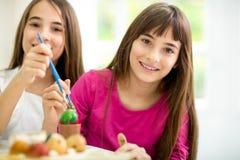 Jumelle des filles avec des oeufs de pâques Photo stock