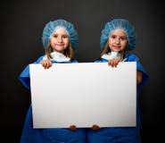 Jumelle le chirurgien avec le panneau vide image libre de droits