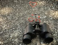Jumelles de main et chiffre de bicyclette avec le concept d'amour Photos libres de droits