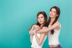 Jumelles de soeurs sur le fond bleu Photo stock