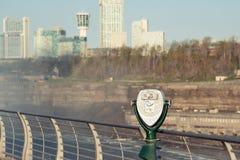 Jumelles de touristes chez Niagara Falls Image libre de droits