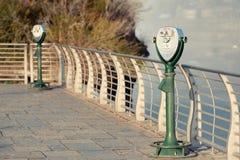 Jumelles de touristes chez Niagara Falls Images stock