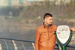Jumelles de touristes chez Niagara Falls Image stock