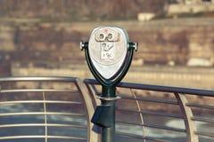Jumelles de touristes chez Niagara Falls Photo stock