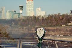 Jumelles de touristes chez Niagara Falls Photos libres de droits