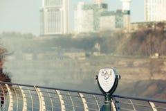 Jumelles de touristes chez Niagara Falls Images libres de droits