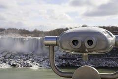 Jumelles de touristes de visionnement aux chutes du Niagara avec le waterf américain Images libres de droits