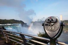 Jumelles de touristes sur les chutes du Niagara de plate-forme d'observation Photos stock