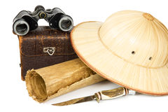 Jumelles de vintage, sac d'appareil-photo, papyrus, chapeau de safari et periplus Photographie stock libre de droits