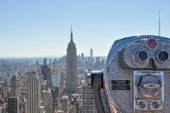 Jumelles devant l'horizon de Manhattan, New York photographie stock