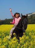 Jumelles et cheval de soeurs Image libre de droits
