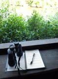 Jumelles et notes d'observation d'oiseau image stock