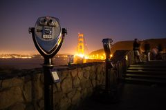 Jumelles regardant golden gate bridge la nuit Photos stock