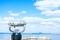 Jumelles stationnaires Mer Beau fond de nuages Examinez la distance Photos stock