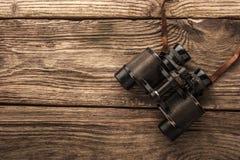 Jumelles sur la table en bois Image libre de droits