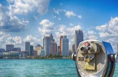 Jumelles surveillant l'horizon de ville de Detroit Photo stock