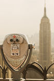 Jumelles visualisant l'Empire State Building Photographie stock libre de droits