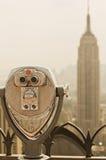Jumelles visualisant l'Empire State Building Photographie stock libre de droits
