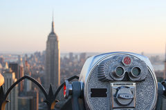 Jumelles visualisant l'Empire State Building Photographie stock