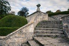 Jumieges修道院在秋天,一个老石楼梯在庭院里 免版税库存照片