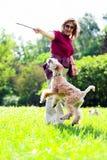 Jumiping Hund auf grünem Gras Stockfotos