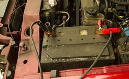 Jumper Cables Hooked To ett batteri Royaltyfri Bild