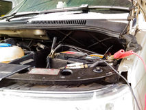 Jumper Cables To Car Battery Stock Afbeeldingen