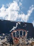 Jumpman-Logo durch Nike auf dem alten Basketballrückenbrett Lizenzfreies Stockfoto