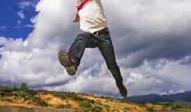 jumpping человек Стоковые Изображения